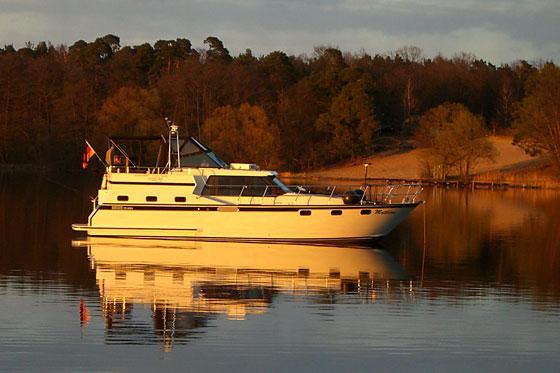 Hausboot in der Abendstimmung am Peetzsee