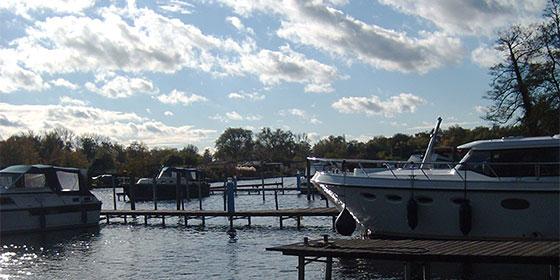 Letzte Boote an den Stegen der Marina Schoners Wehr