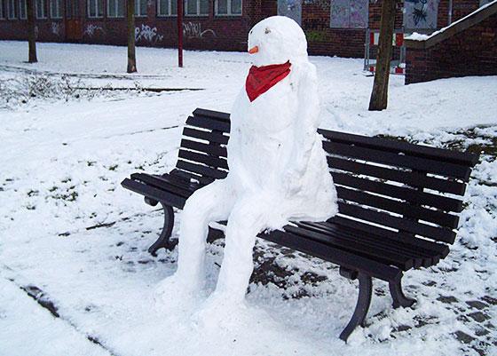 Schneemann auf der Bank