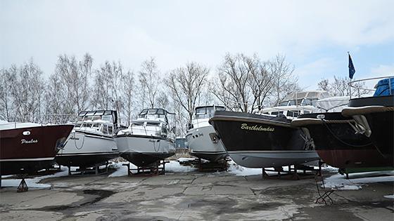 Hausboote vor dem Kranen