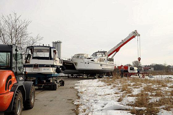 Hausboot auf dem Weg zum Kran