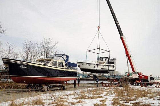 Hausboot beim Kranen