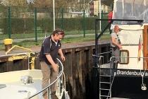 Saisonstart 2017 mit dem Kranen und Überführung der Hausboote zur Marina