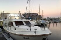Überführung der 'Jacob' - ein Hausboot kommt ins Wasser
